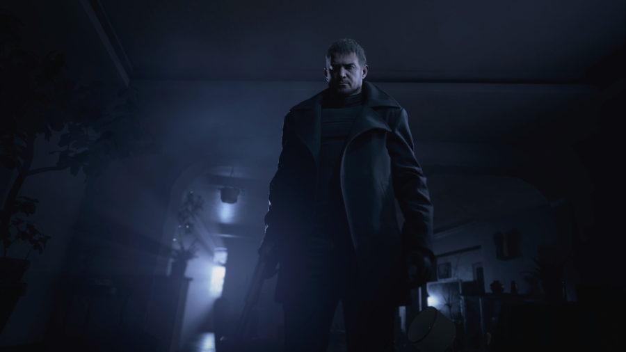 Chris Redfield aparece vestindo trajes escuros e tem um semblante frio na invasão à residência dos Winters.